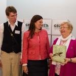 Kay Golz-Schmidt der Selbsthilfegruppe, die Bildungssenatorin und Ellen Abraham vom Bundesverband Alphabetisierung und Grundbildung